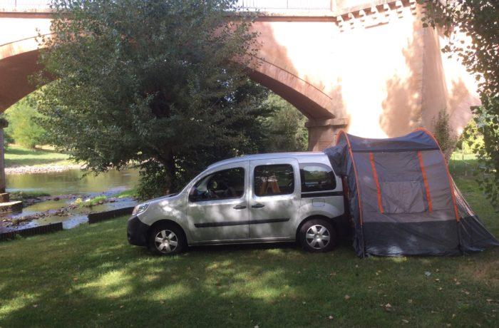 campinbox-auvent_sur_voiture_en_Aveyron_positionné_arrière