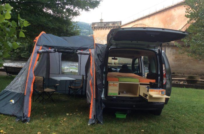 campinbox-auvent_sur_voiture_en_Aveyron_positionné_côté-1